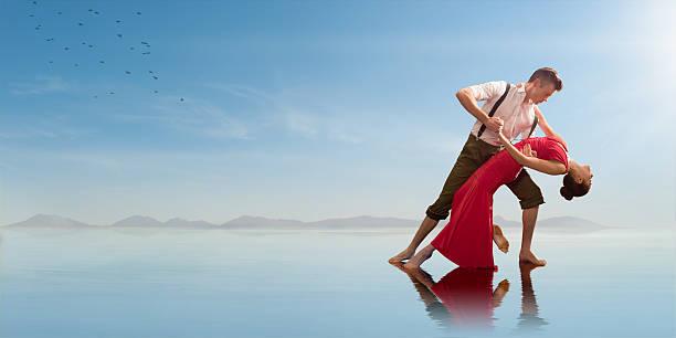 coppia romantica ballare sulla spiaggia - attività romantica foto e immagini stock