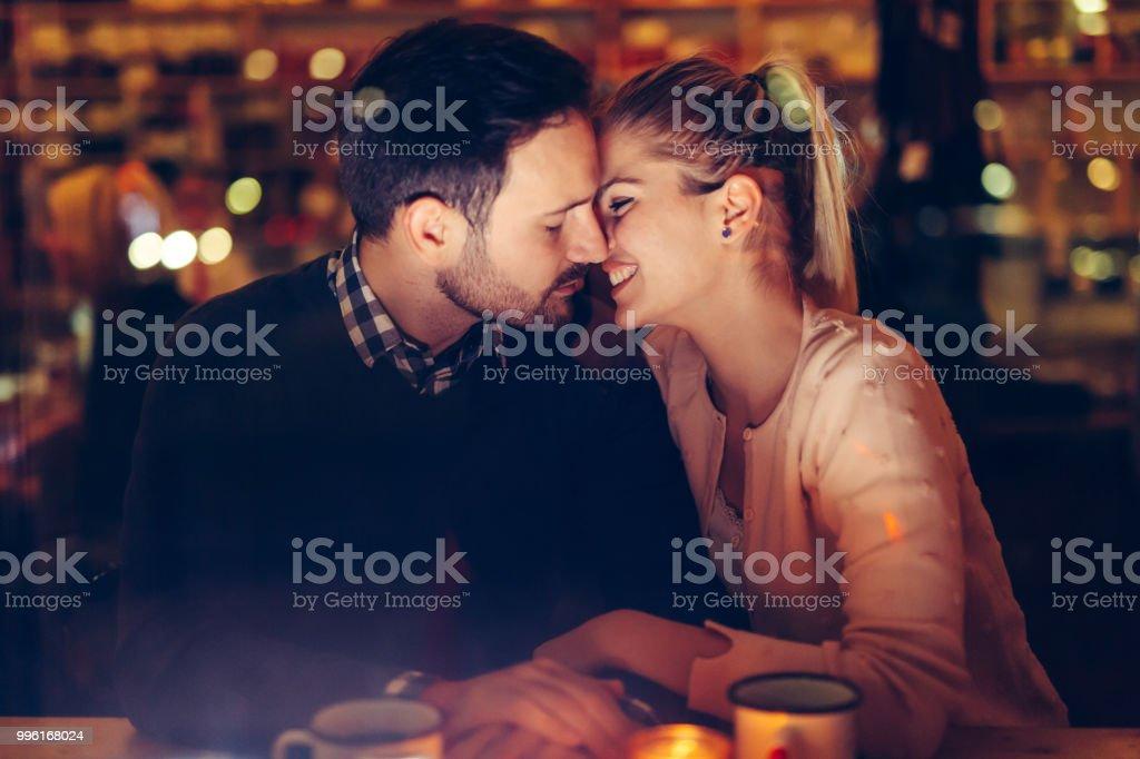 Romantisch zu zweit aus dem Pub in der Nacht – Foto