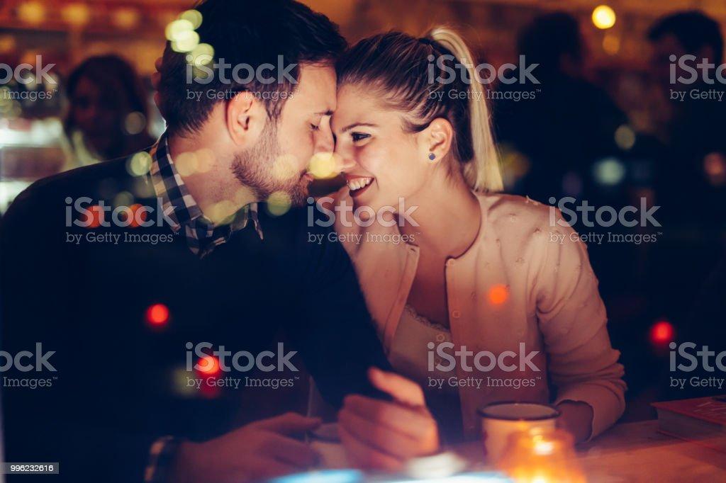 ロマンチックなカップルの夜のパブでデート ストックフォト