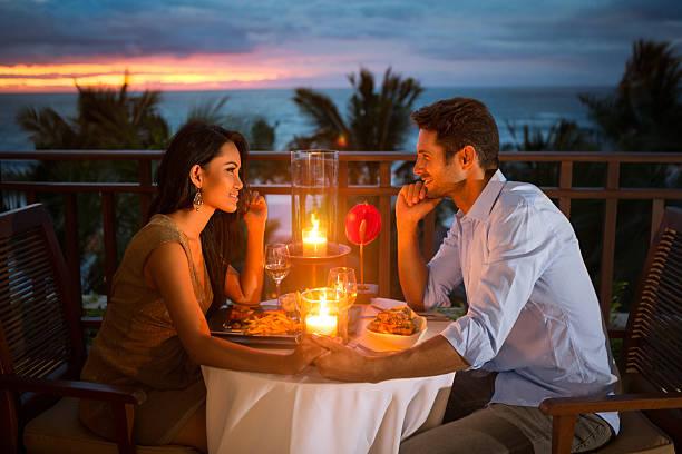 tener pareja cena romántica al aire libre - cena romantica fotografías e imágenes de stock