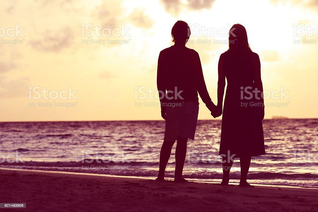 couple romantique main dans la main au coucher du soleil photo libre de droits