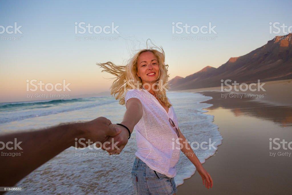 Romantisches Paar, Hände halten, Spaß am Strand. Lizenzfreies stock-foto
