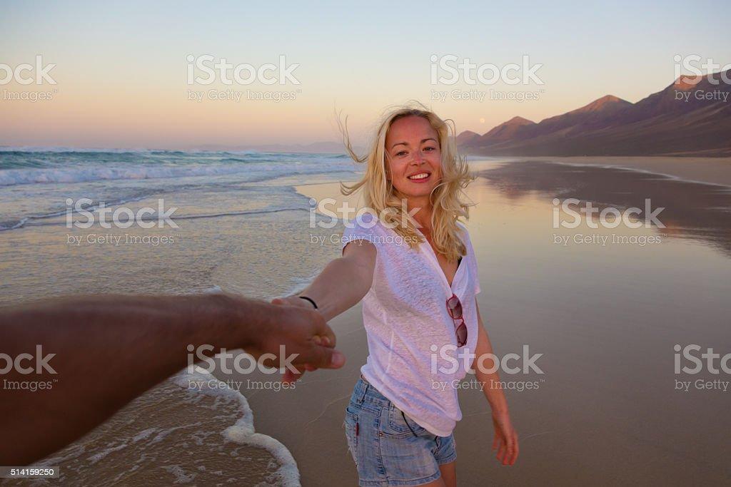 Romantisches Paar, Hände halten, Spaß am Strand. – Foto