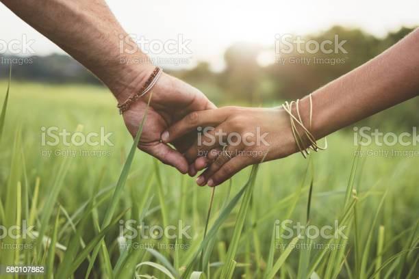 Romantisches Paar Hält Hände In Einem Feld Stockfoto und mehr Bilder von Anfang