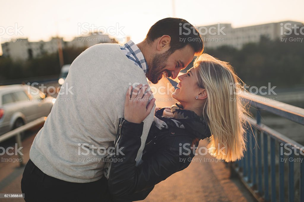 Romantic couple in love enjoying sunset – Foto