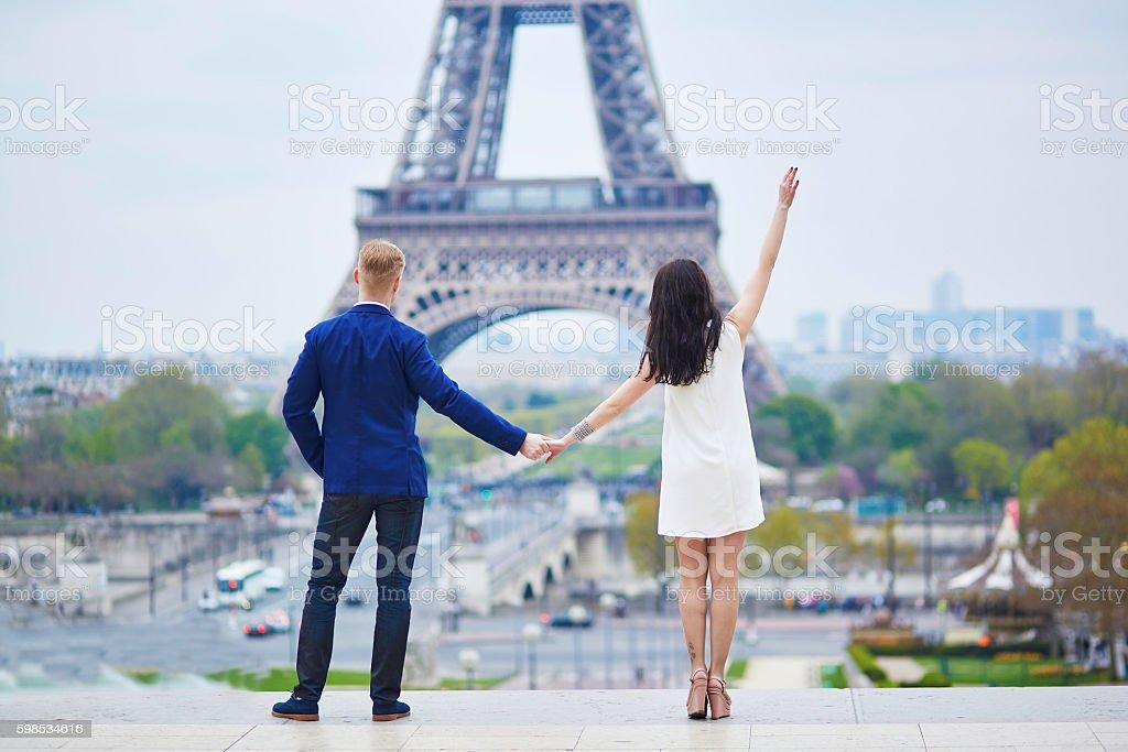 couple romantique à Paris, près de la Tour Eiffel photo libre de droits