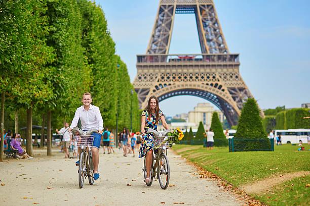romantisches paar in paris an einem sonnigen tag - paris sommer stock-fotos und bilder