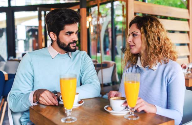 pareja romántica en el café. citas, amor, relaciones - happy couple sharing a cup of coffee fotografías e imágenes de stock