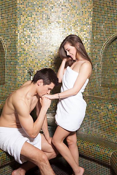 Pareja romántica en el baño turco - foto de stock