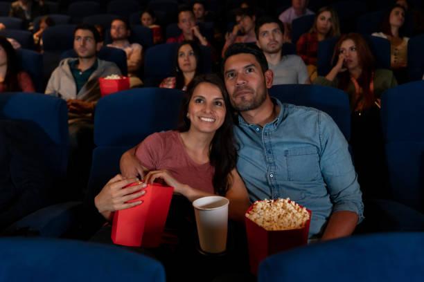 Romantisches Paar auf einem Date im Kino – Foto
