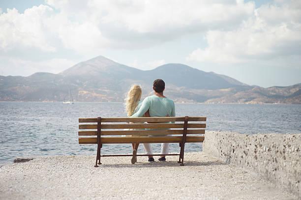 romantisches paar auf einer küste - soup_studio stock-fotos und bilder