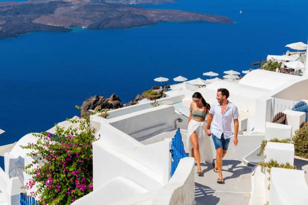 romantic couple on greek island - urlaub in griechenland stock-fotos und bilder