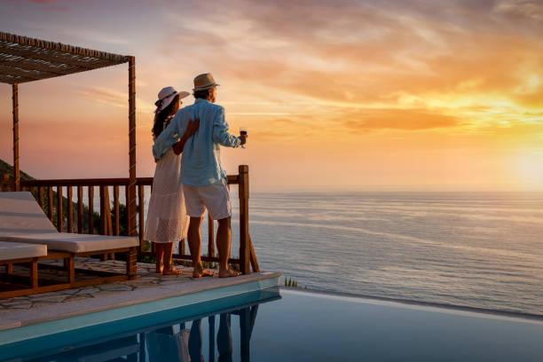 romantyczna para na wakacjach enjos zachód słońca nad morzem śródziemnym przy basenie - kurort turystyczny zdjęcia i obrazy z banku zdjęć