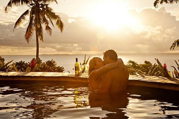 romantisches paar im urlaub - brutzeln stock-fotos und bilder