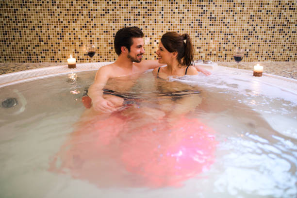 romantische paar ontspannen in de jacuzzi in health spa. - bad date stockfoto's en -beelden