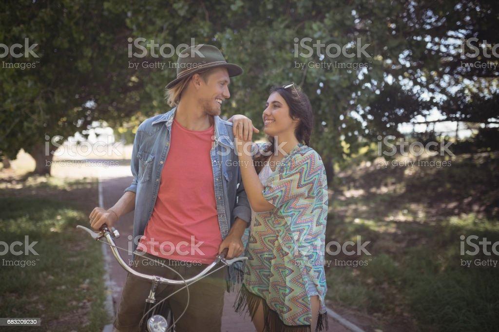 浪漫的情侶站在一起的自行車 免版稅 stock photo