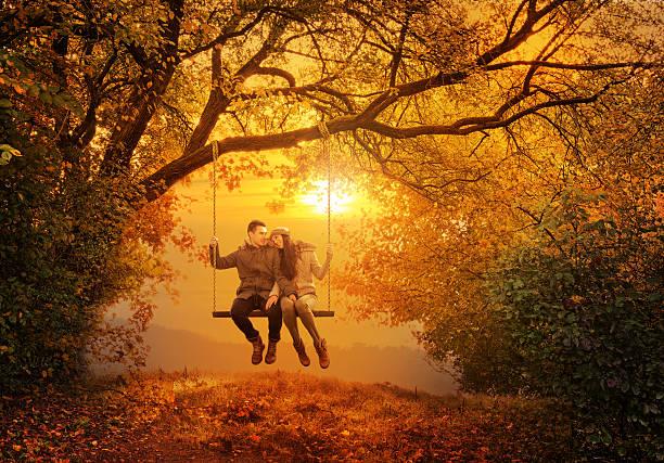 romantisches paar spielen im herbst-park - liebesbaum stock-fotos und bilder