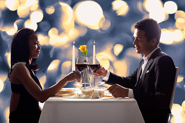 romantisches paar beim anstoßen rotwein - schwarze romantik stock-fotos und bilder