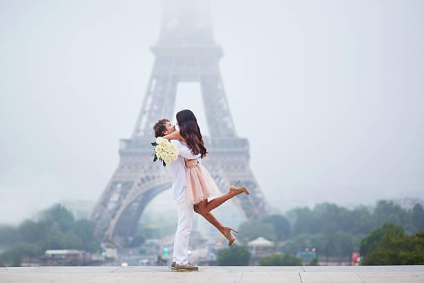 romantic couple together in paris - smekmånad bildbanksfoton och bilder