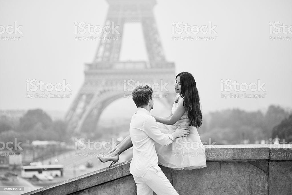 couple romantique ensemble à Paris photo libre de droits