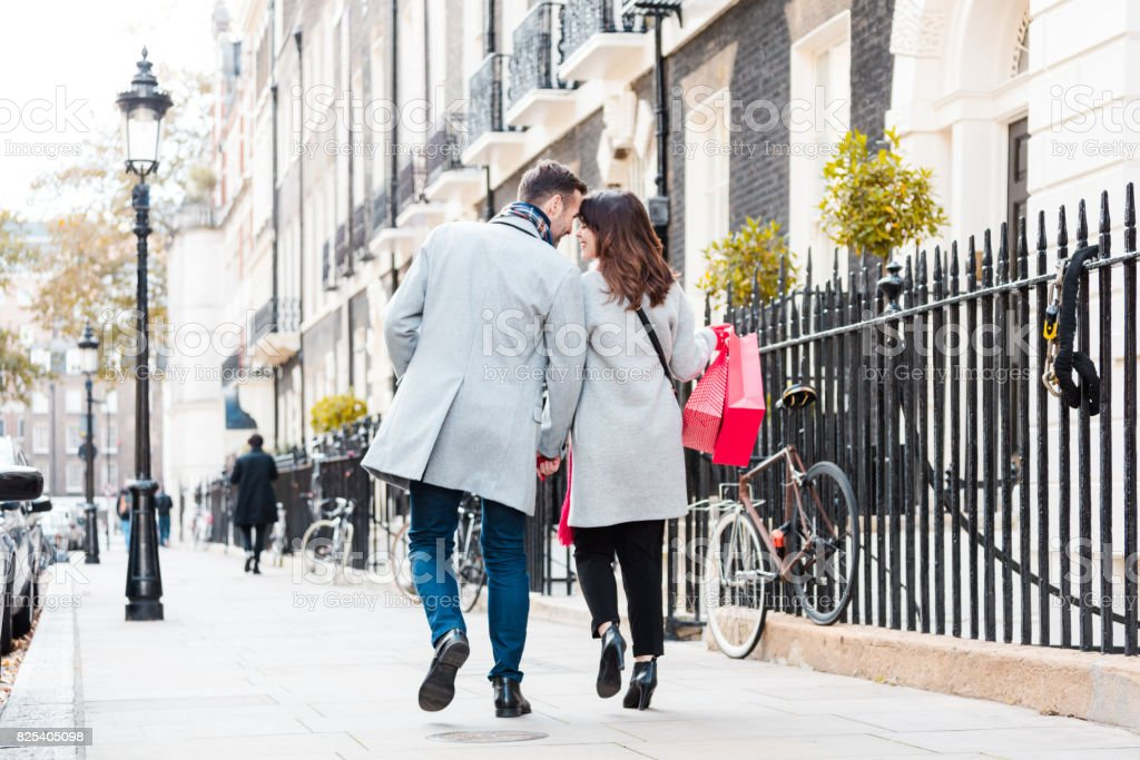 Casal romântico andando na calçada - foto de acervo