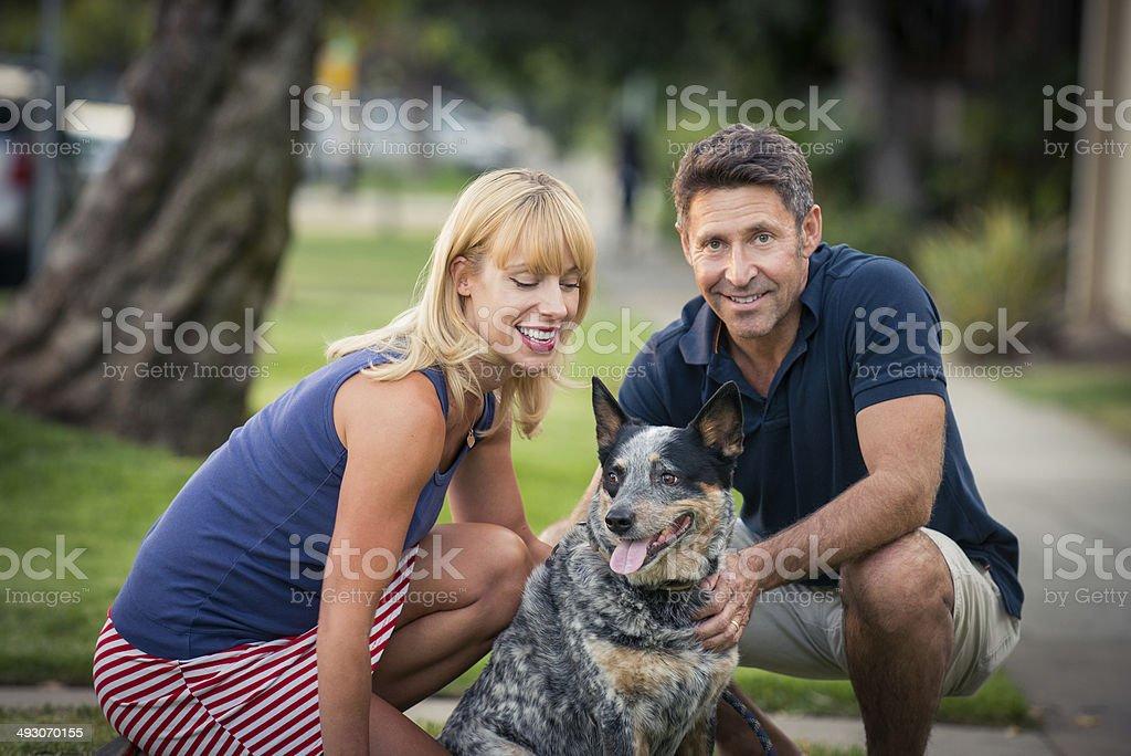 Romantyczna para Wallking psa – zdjęcie