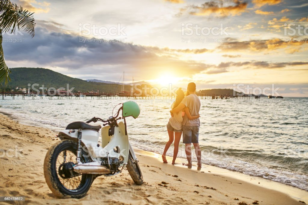 romantic couple watching sunset on koh samui thailand foto de stock libre de derechos