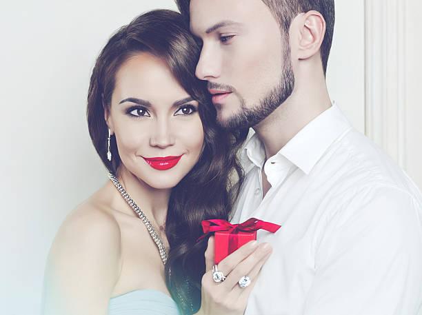 romantisches paar mit geschenk - soup_studio stock-fotos und bilder