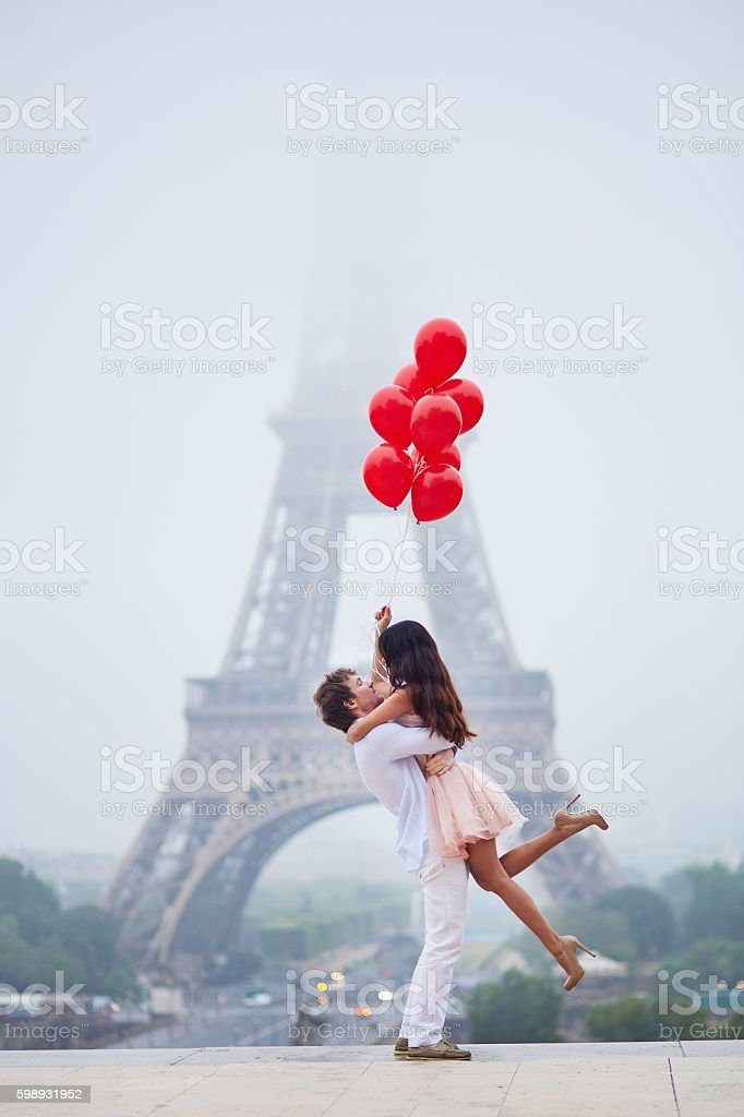 Romantic couple with red balloons together in Paris – Foto
