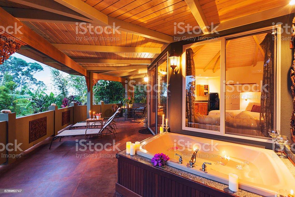 Vasca Da Bagno Romantica Con Candele : Romantica terrazza tropicale a casa con vasca da bagno e candele