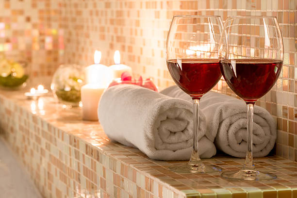 romantic decoration in the bathroom for loving couples - bad date stockfoto's en -beelden