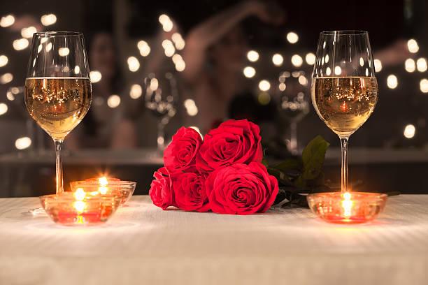 impostazione cena romantica - attività romantica foto e immagini stock