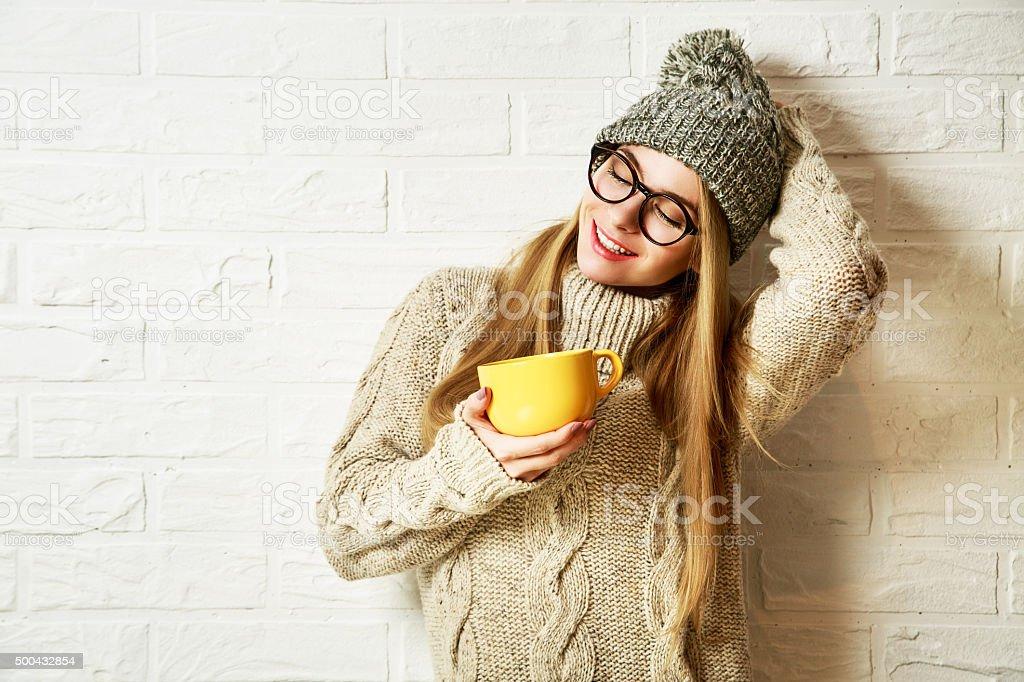 La romántica luna Hipster chica en ropa de invierno con una taza - foto de stock
