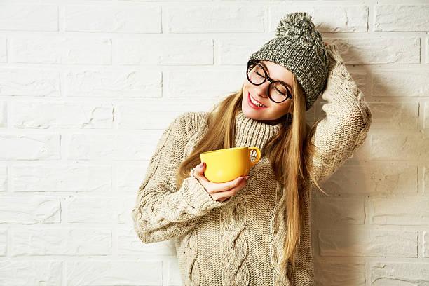 romantische träumen hipster mädchen in winterkleidung mit einem becher - mode herbst 2015 stock-fotos und bilder