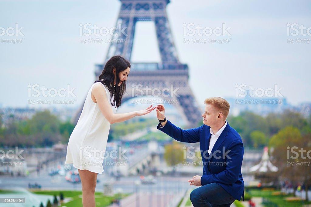 Fiançailles romantique à Paris photo libre de droits