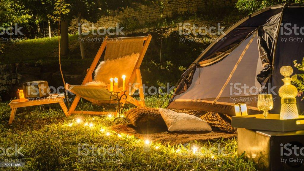 夜の庭でテントのロマンチックな夜。 ストックフォト
