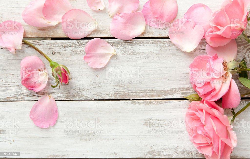 Romantic floral frame background/ Valentines day background/Pink roses on wooden background photo libre de droits