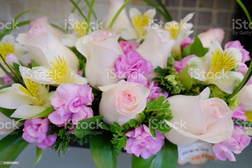 Bouquet De Fleurs Romantique Avec Rose Blanche Photos Et Plus D