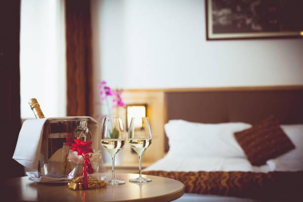 romantisches hotel zimmer - marvel schlafzimmer stock-fotos und bilder
