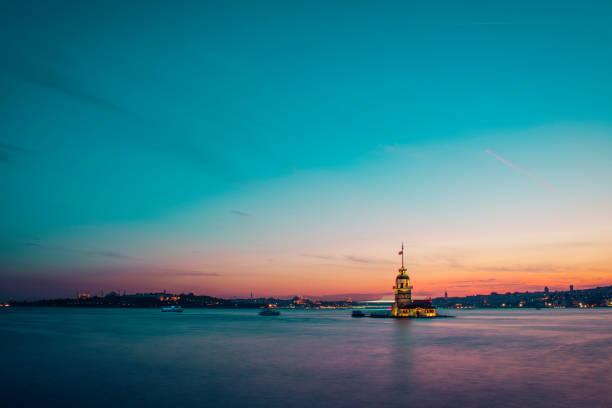 romantic istanbul sunset landscape. istanbul bosphorus and maiden's tower view with beautiful blue romantic sky. istanbul, turkey. - каракёй стамбул стоковые фото и изображения