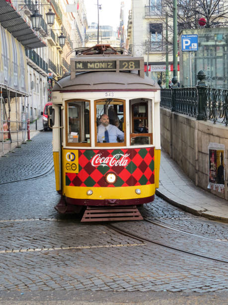 浪漫的里斯本街與典型的黃色電車圖像檔