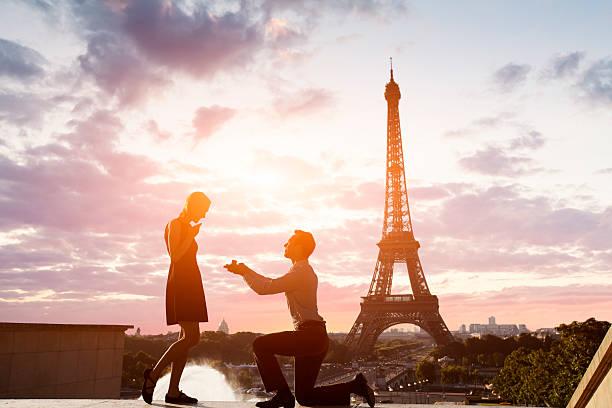 romantische heiratsantrag auf eiffelturm, paris, frankreich - verlobung was schenken stock-fotos und bilder