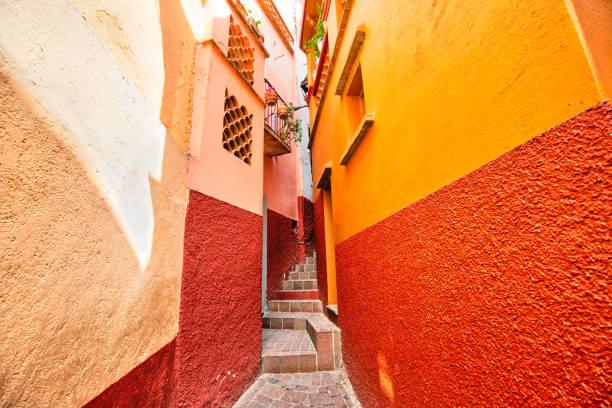 romantic narrow alley of the kiss (callejon del beso) in guanajuato colorful historic city center - kiss стоковые фото и изображения