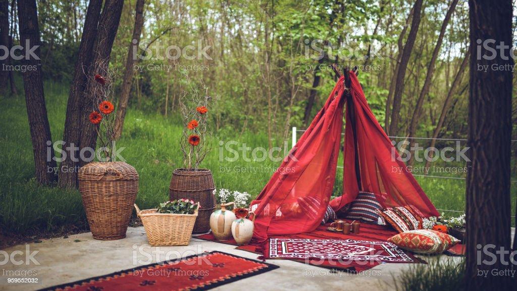 2b16e33c33 Romantic Picnic Place In Forest - Fotografie stock e altre immagini ...