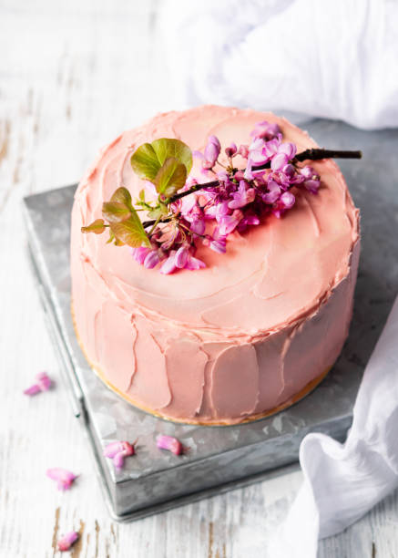 romantischer rosafel-kuchen mit blumen dekoriert, rustikaler stil für hochzeiten, geburtstage und veranstaltungen, mütter tag auf hellem hintergrund mit kopierplatz. - modetorten stock-fotos und bilder