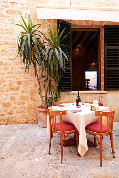 Ristorante romantico-tavolo e sedie - foto stock