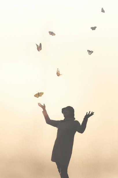 Romantische Szene einer Begegnung zwischen einer Frau und bunten Schmetterlingen – Foto