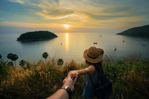 Romantisk Scen Av Ung Kärlek Par Håller Hand Beskådar Peka Ser Solnedgången Vid Promthep Cape Phuket Thailand-foton och fler bilder på Blå