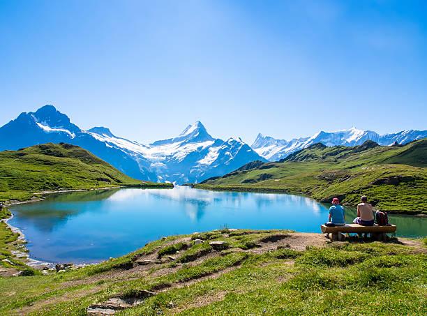 romantische szene, reflexion der berühmten matterhorn in lake, zer - kanton schweiz stock-fotos und bilder