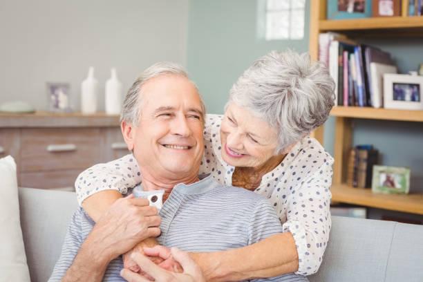 romantisches altes paar zu hause - seniorenwohnungen stock-fotos und bilder